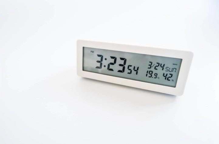 シンプルさを極めた置き時計。無印良品『デジタル電波時計』レビュー