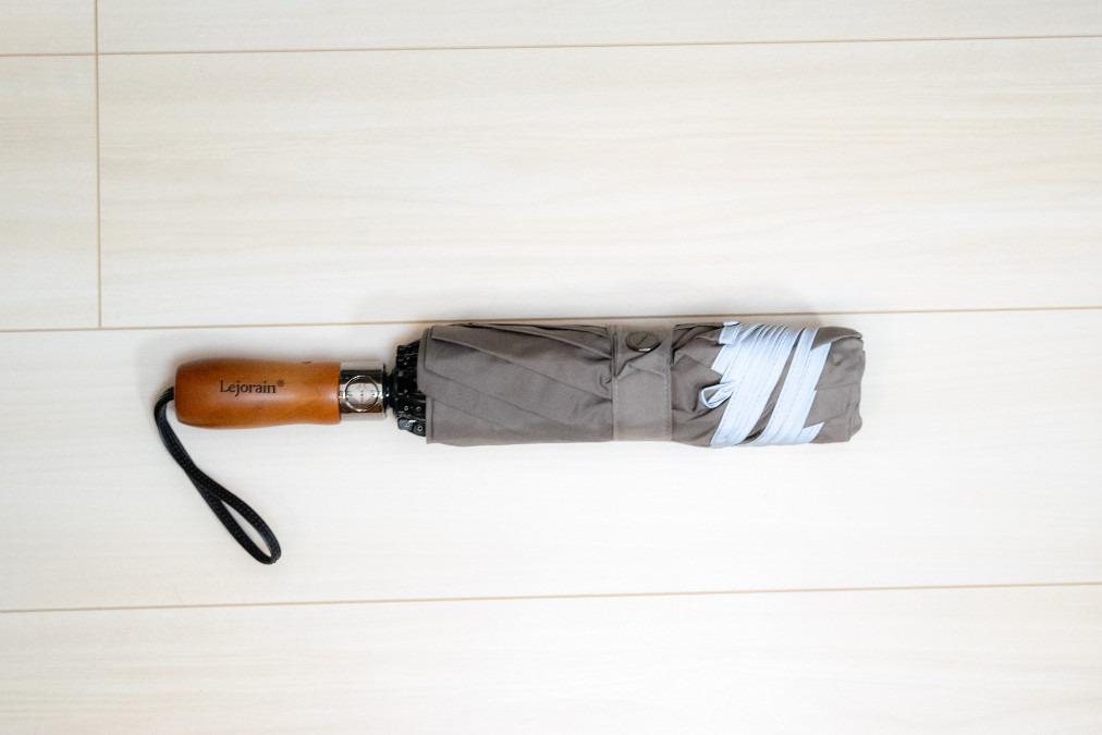 逆折り式で周囲を濡らさないLejorainの折りたたみ傘